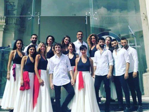 """Lecce, 16 artisti del Corpo di ballo de la Notte della Taranta danzano in piazza la tradizionale """"pizzica pizzica"""""""